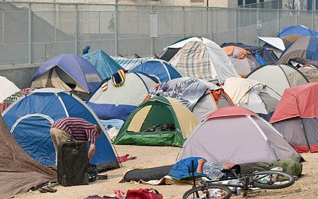 Los desplazados forman comunidades acampando juntos en lotes baldíos