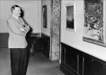 Adolf Hitler contemplando una galería