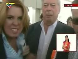 La reportera del canal privado venezolano Globovisión, Beatriz Adrián agrediendo a reporteros de medios revolucionarios para evitar preguntas incómodas a Mario Vargas Llosa