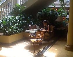 """la """"perseguida por el régimen castrista"""", disfrutando de la red Wifi de un exclusivo hotel cubano, donde se paga en moneda extranjera.."""