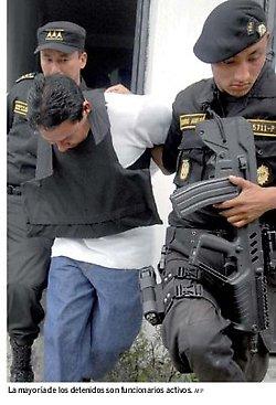 policías activos, presuntamente actuando de sicarios en Guatemala acusados de complot contra Colom