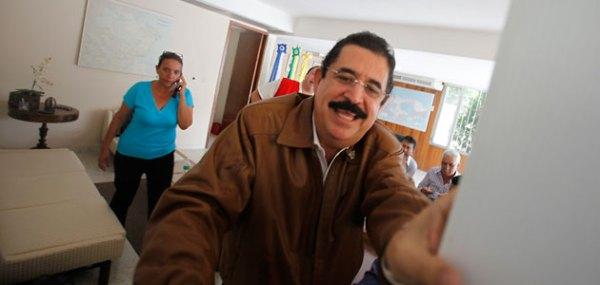 Zelaya recibe a los reporteros en la embajada de brasil, en Tegucigalpa